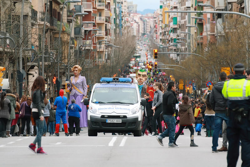Неопознанные люди в середине улицы Sants в параде масленицы стоковые фото