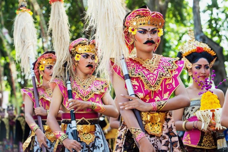 Неопознанные люди с щуками в красочных балийских костюмах ратника стоковые фотографии rf