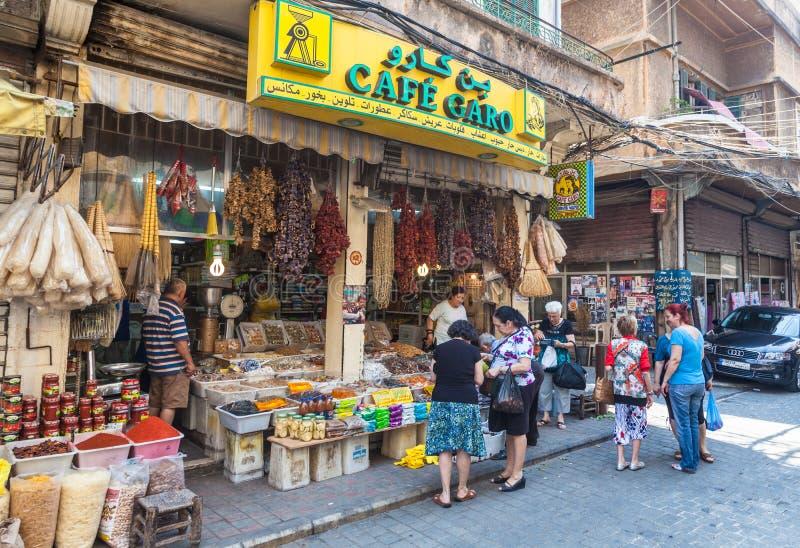 Неопознанные locals покупая еду на улице в Бейруте стоковые изображения