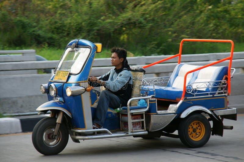 Неопознанный водитель такси с традиционным tuk-tuk в Таиланде стоковые фотографии rf