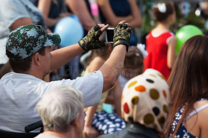 Неопознанный зритель снимая концерт стоковое изображение rf