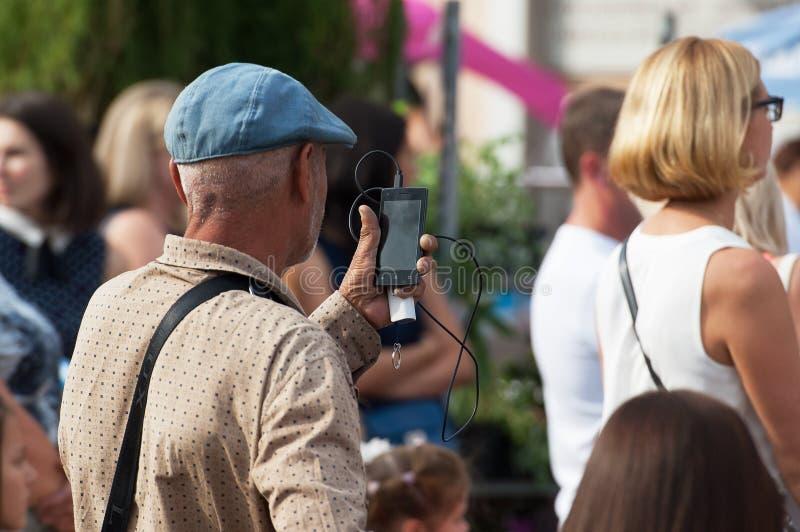 Неопознанный зритель снимая концерт стоковые изображения rf