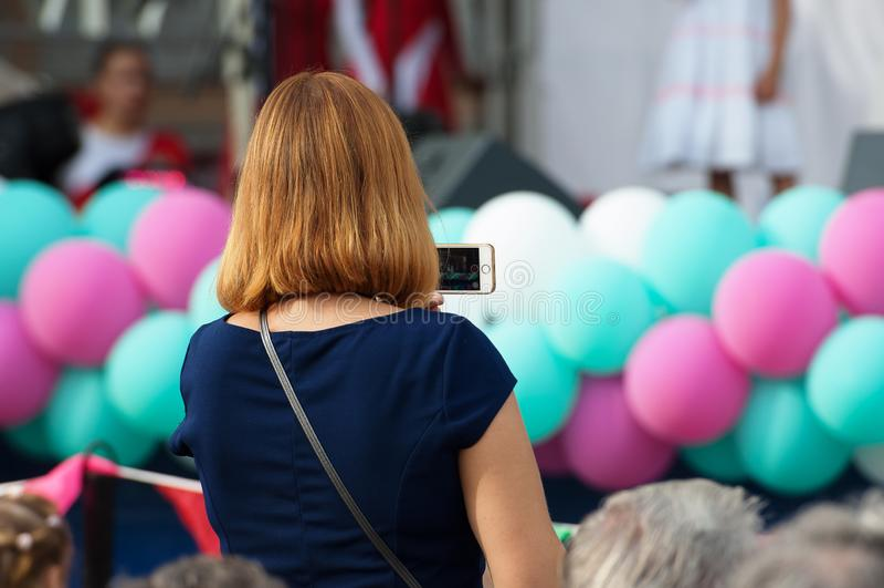 Неопознанный зритель снимая концерт стоковое изображение