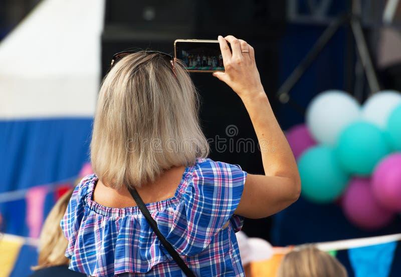 Неопознанный зритель снимая концерт стоковая фотография