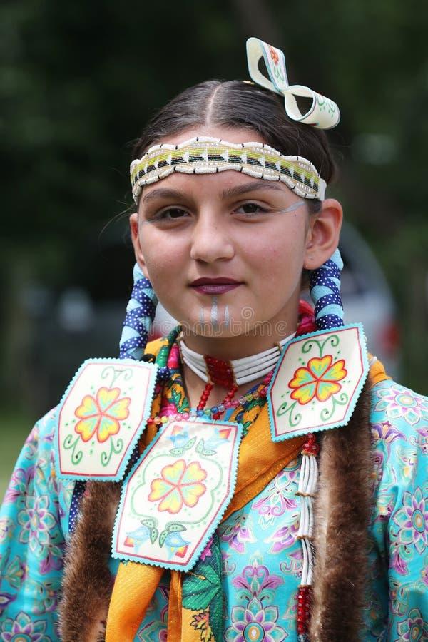Неопознанный молодой коренной американец во время колдуна 40th ежегодного буревестника американского индийского стоковые фото