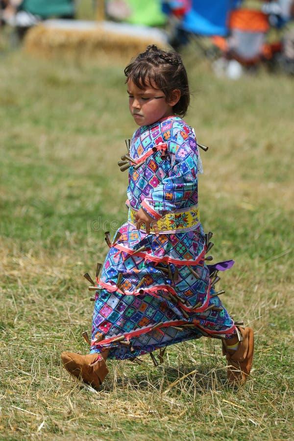 Неопознанный молодой коренной американец во время колдуна 40th ежегодного буревестника американского индийского стоковые изображения rf