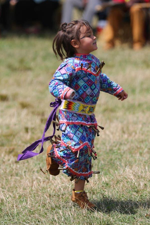 Неопознанный молодой коренной американец во время колдуна 40th ежегодного буревестника американского индийского стоковые фотографии rf