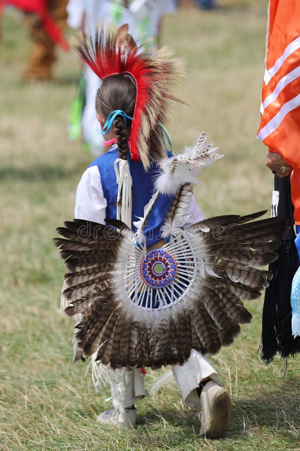 Неопознанный молодой коренной американец во время колдуна 40th ежегодного буревестника американского индийского стоковое изображение