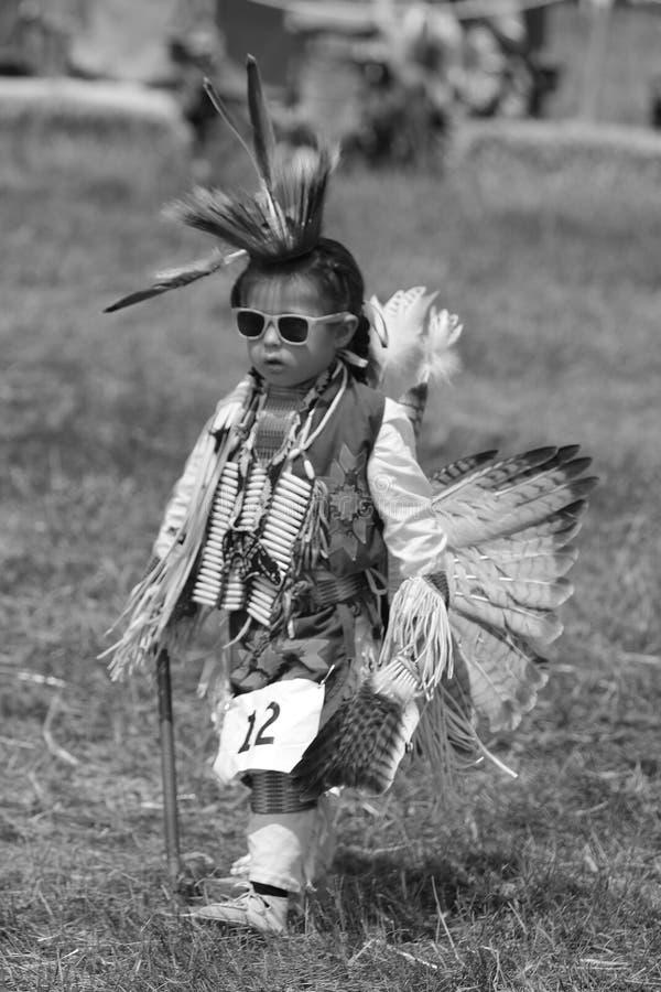 Неопознанный молодой коренной американец во время колдуна 40th ежегодного буревестника американского индийского стоковое изображение rf