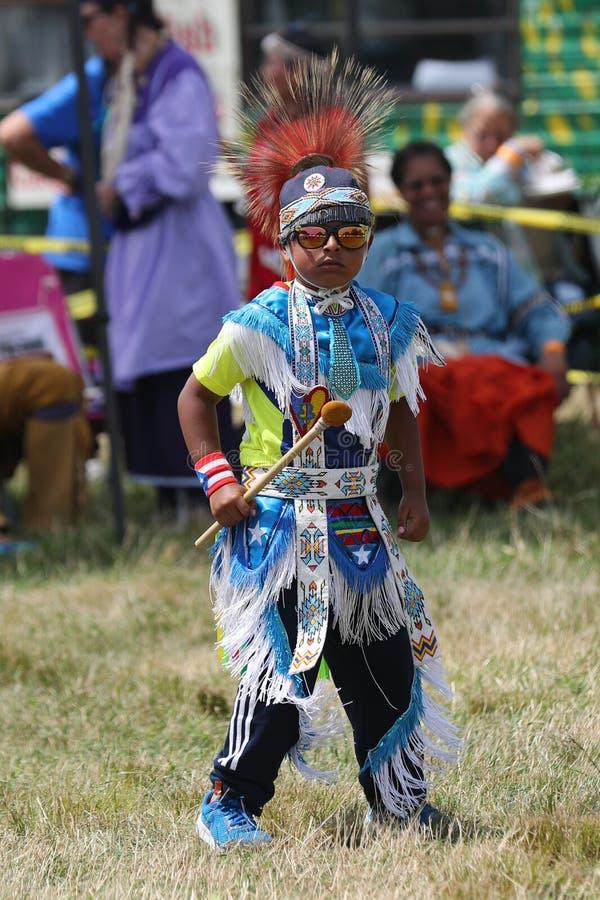 Неопознанный молодой коренной американец во время колдуна 40th ежегодного буревестника американского индийского стоковая фотография