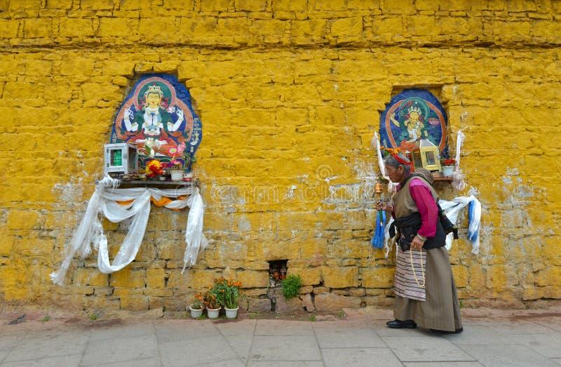 Неопознанный тибетский паломник объезжает дворец Potala стоковое фото rf