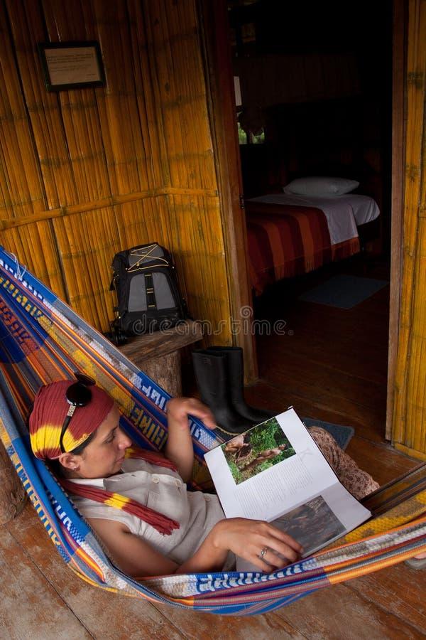 Неопознанный туристский отдыхать на гамаке в стоковое фото rf