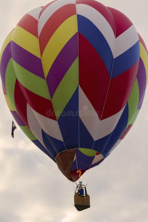 Неопознанный человек в горячем воздушном шаре стоковая фотография rf