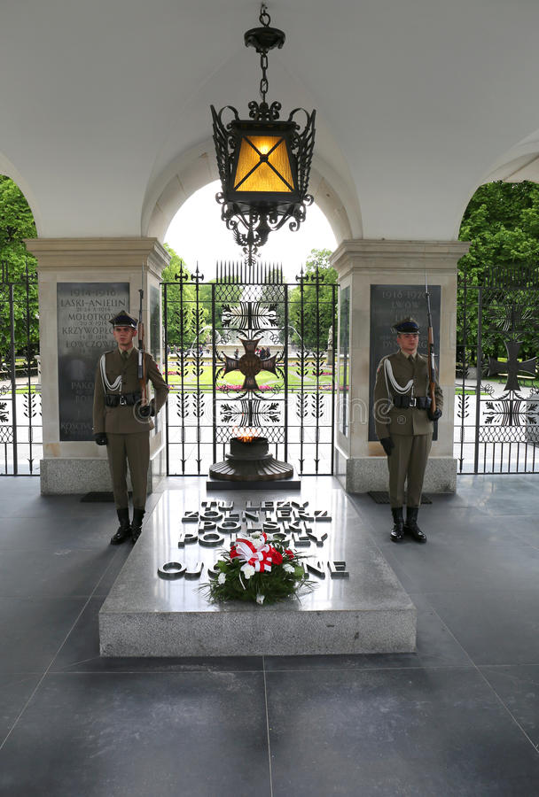 2 неопознанных солдата защищая усыпальницу памятника неизвестного солдата стоковые фото