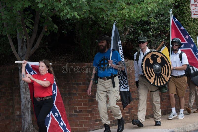 Нео- нацисты сталкиваются с протестующими стоковая фотография