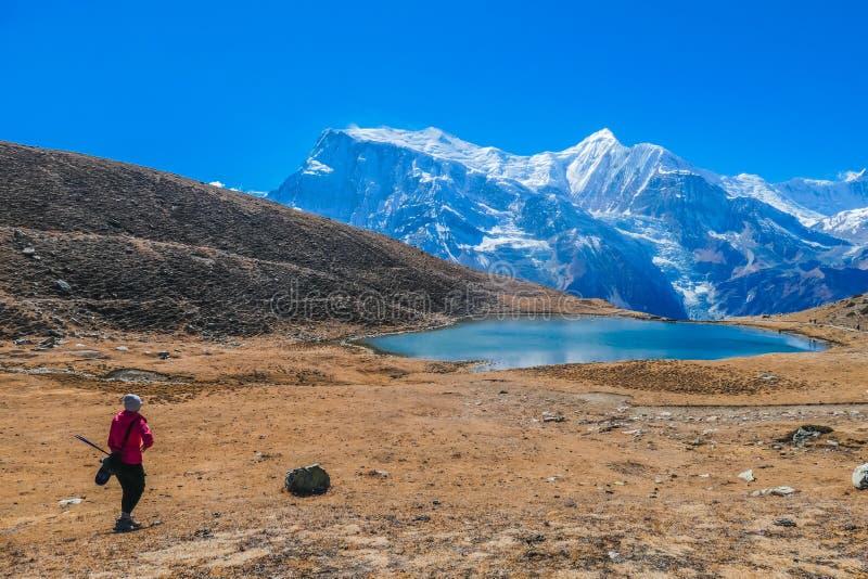 Непал - девушка на озере льда стоковое изображение rf