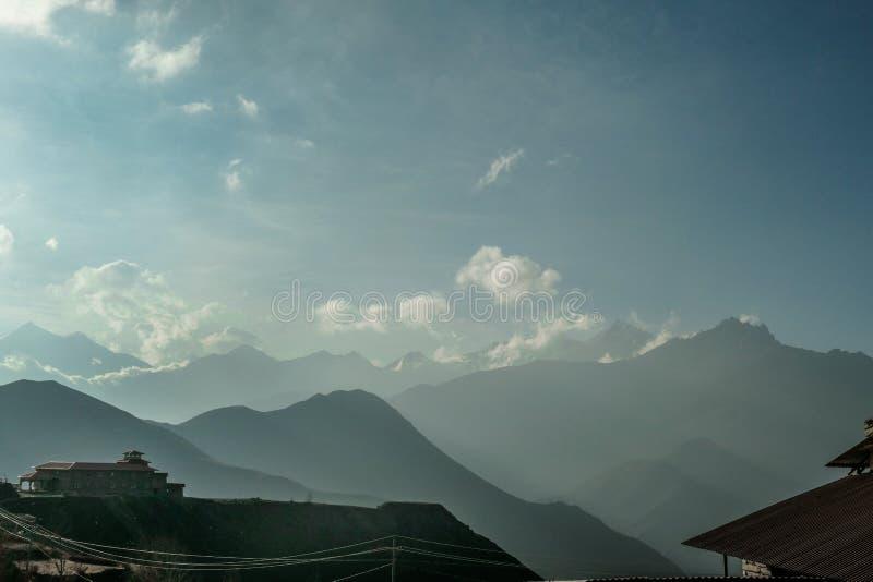 Непал - туманное утро в Гималаях стоковые изображения rf