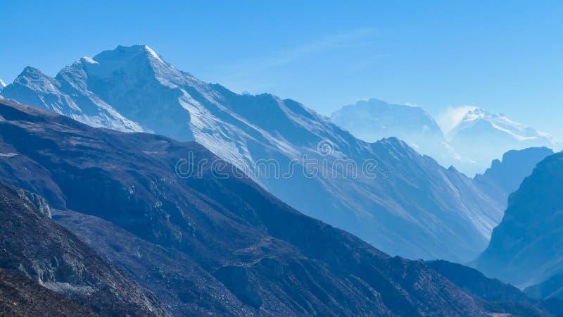 Непал - туманный гималайский ряд стоковые изображения