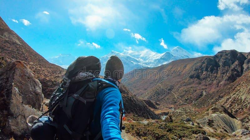 Непал - человек принимая Selfie с цепью Annapurna стоковые фото