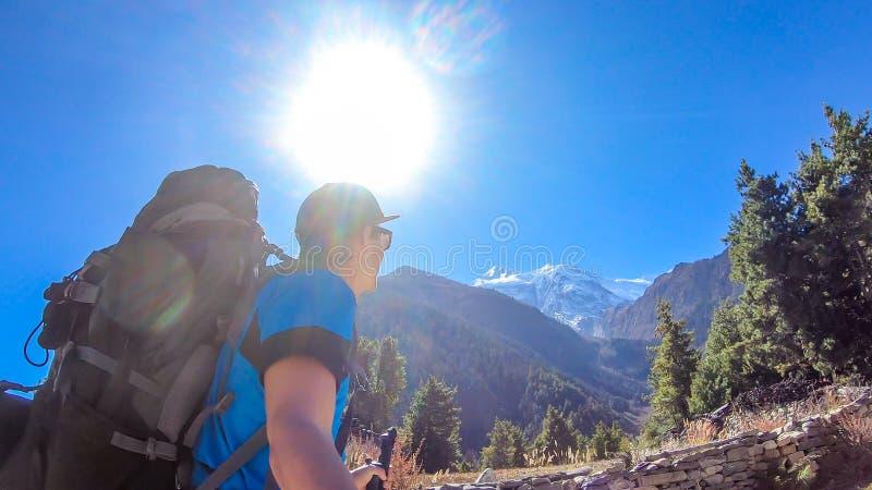 Непал - человек trekking в цепи Annapurna стоковое фото