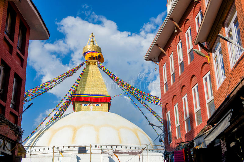 Непал - 3-ье января 2017:: Премудрость наблюдает на Ла stupa Boudhanath стоковое фото rf