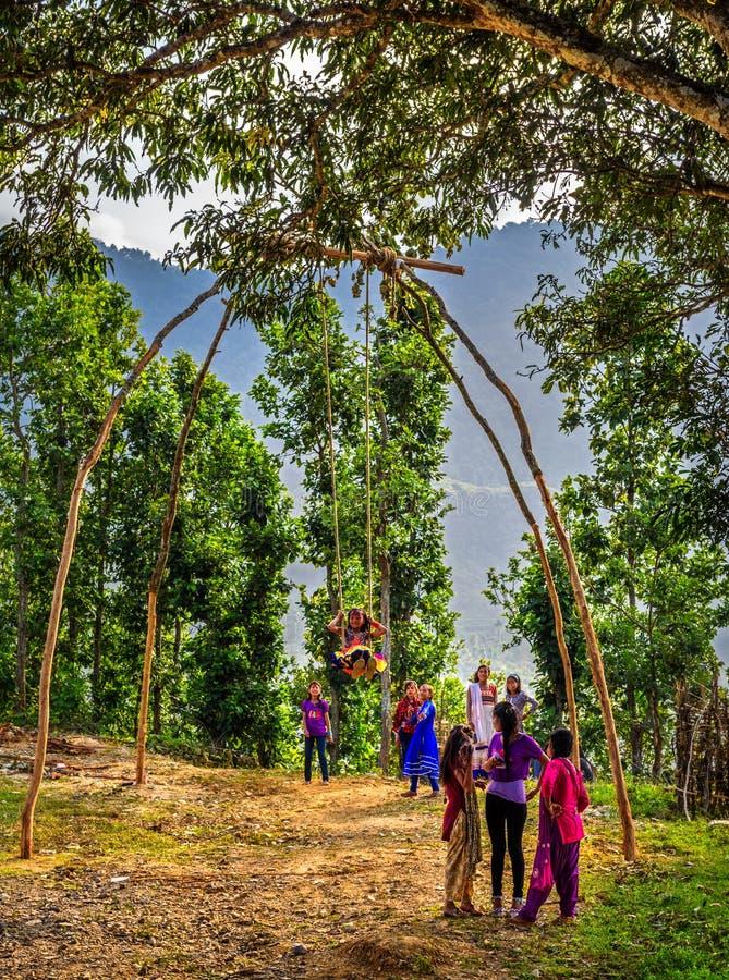 Непальские дети играя на традиционном бамбуковом качании стоковое фото