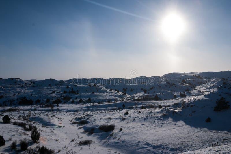 Неплодородные почвы Северной Дакоты покрытые со снегом в зиме стоковые изображения