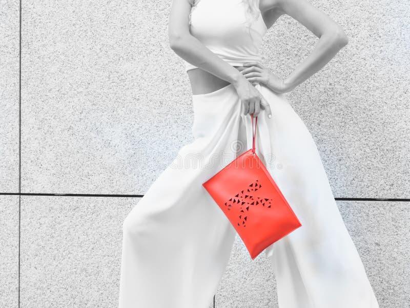 Непознаваемая женщина нося модное обмундирование стоковая фотография rf