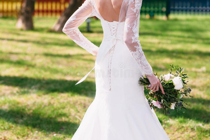 Непознаваемая спешность невесты, который нужно выхолить, внешний стоковое изображение rf