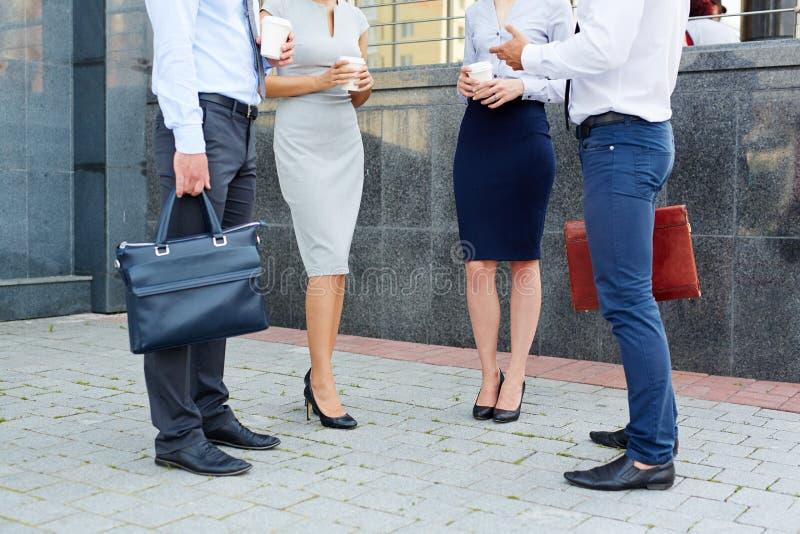 Непознаваемые бизнесмены говоря Outdoors стоковое фото rf