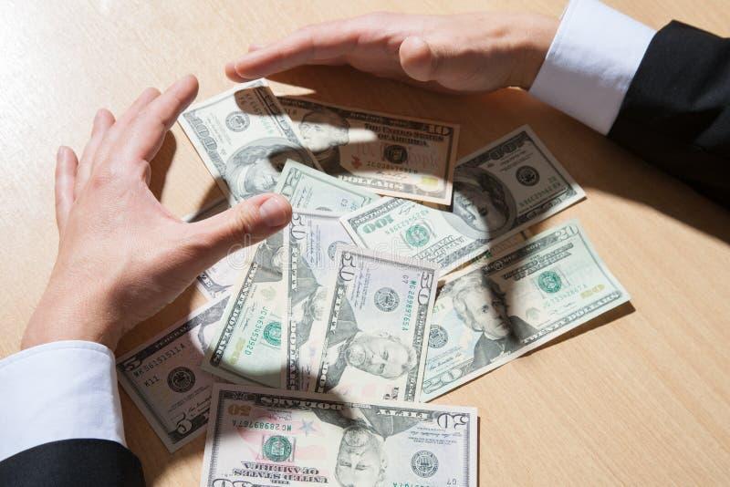 Непознаваемый бизнесмен держа бумажные деньги/доллары стоковые фотографии rf
