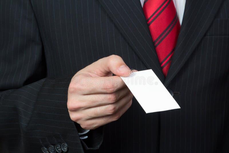 Непознаваемый бизнесмен держа карточку в руке стоковое фото