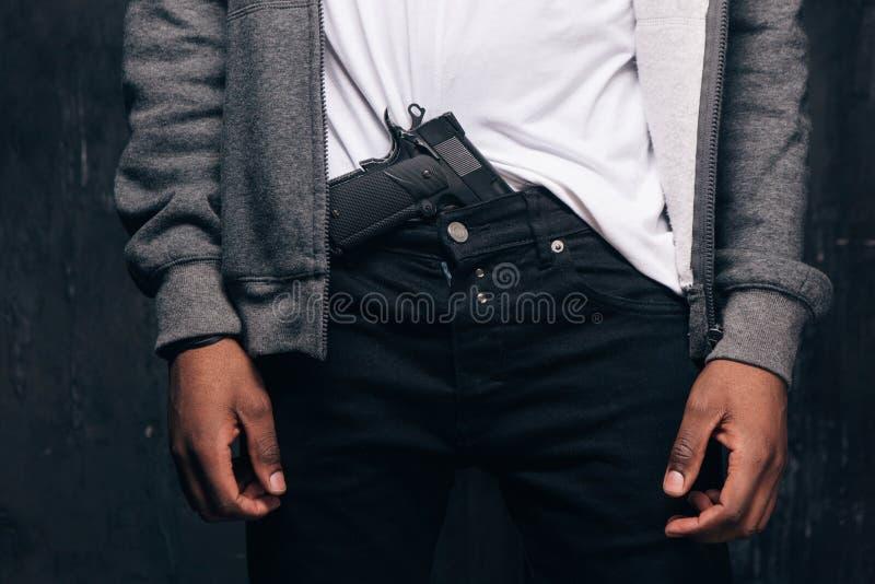 Непознаваемый вооруженный крупный план преступника гетто стоковая фотография