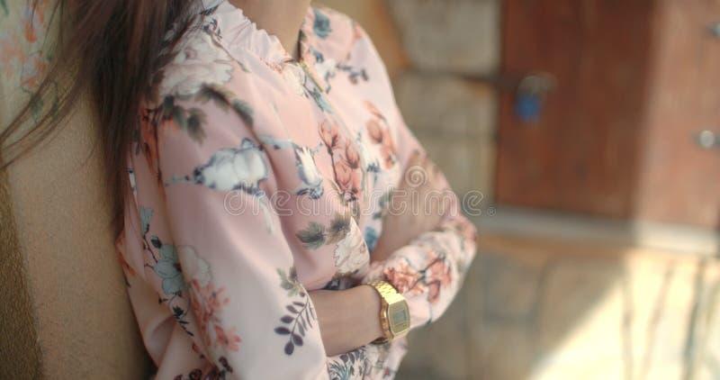 Непознаваемый портрет куртки бомбардировщика молодой Афро-американской женщины нося outdoors стоковые изображения
