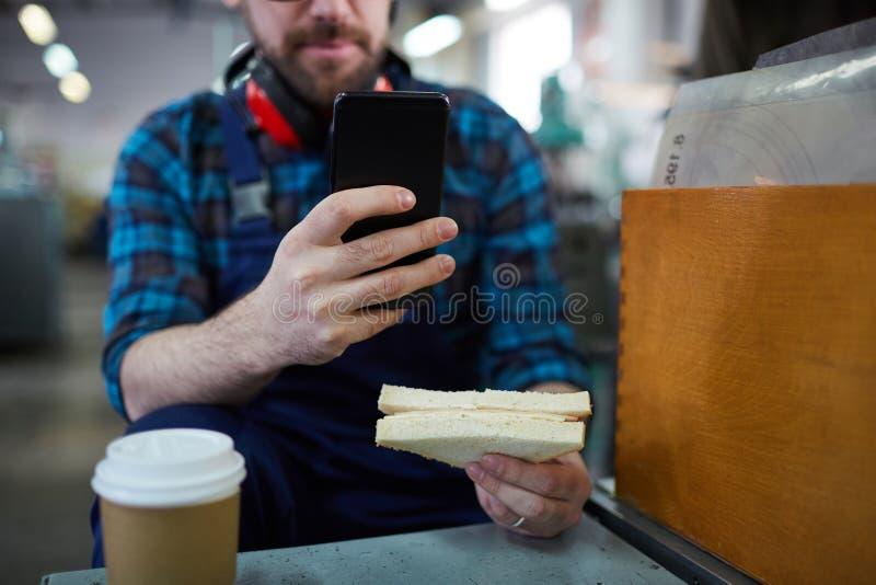 Непознаваемый работник на перерыве стоковая фотография