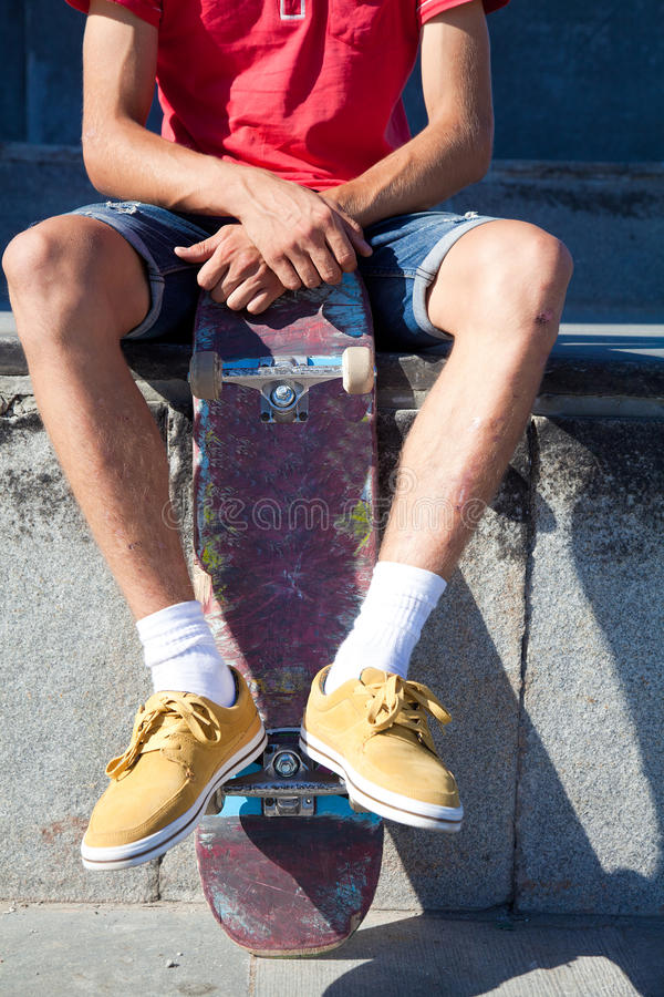 Непознаваемый скейтбордист стоковые фотографии rf