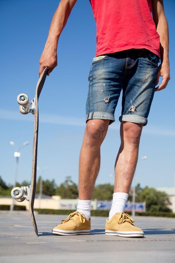 Непознаваемый скейтбордист стоковые изображения rf