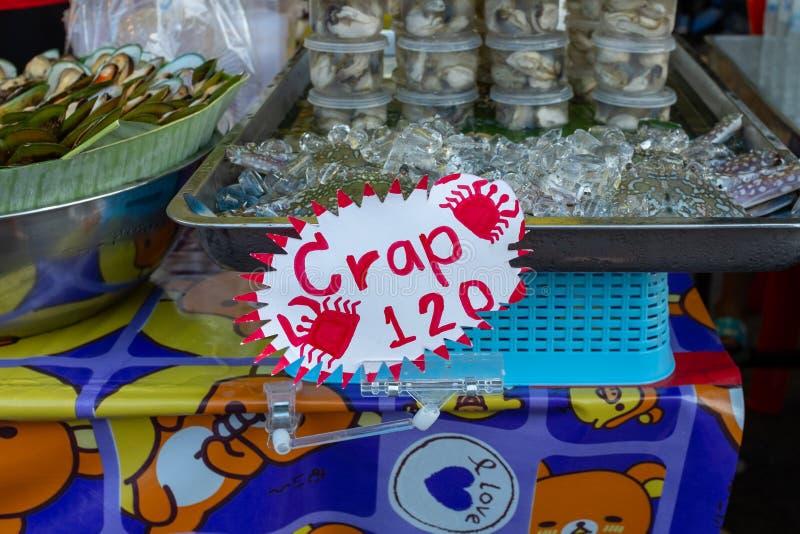 Неправильно писанный знак еды на стойле продовольственного рынка улицы в Krabi, Таиланде, знак читает гречиху когда это должно бы стоковое фото rf