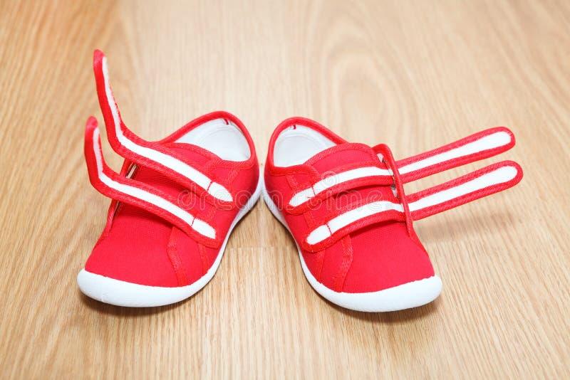 Неправильные ноги ботинок стоковые изображения rf