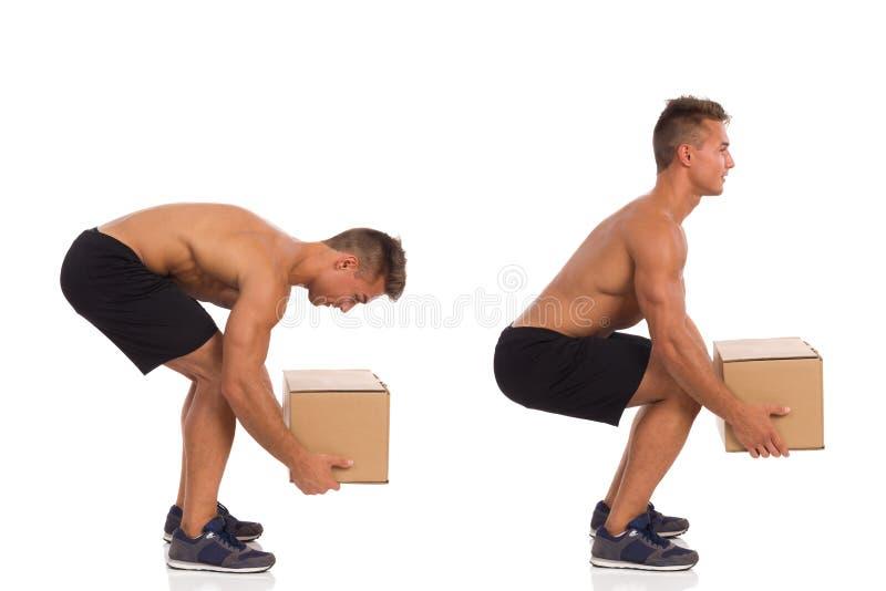 Неправильная и правильная позиция пока поднимающ вес стоковое фото rf