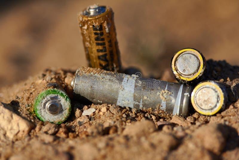 Неправильное избавление батарей стоковая фотография rf