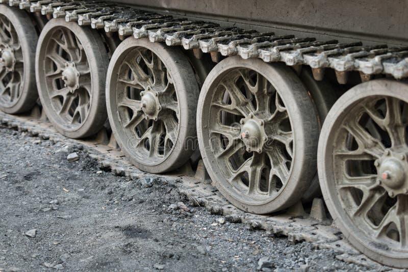 Непрерывные следы тяжелого танка стоковое фото rf