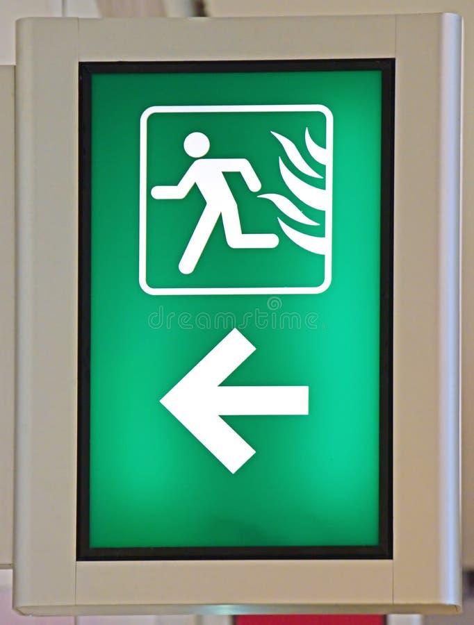 Непредвиденный пожарный выход подписывает внутри зеленый цвет стоковые фотографии rf
