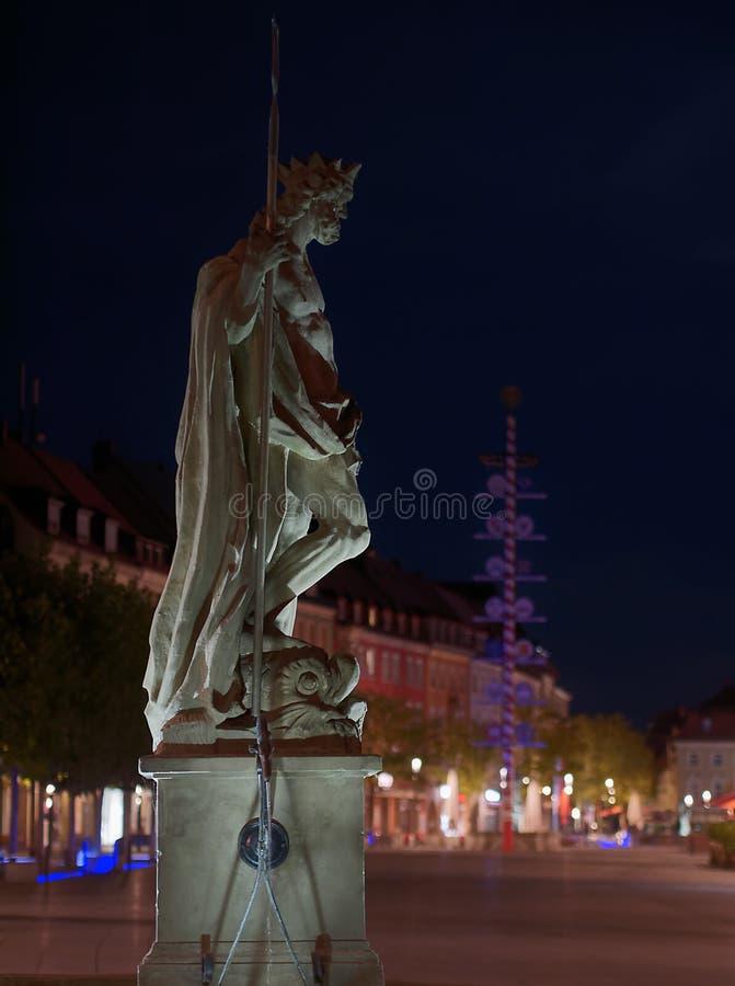 Нептун Fontain в Байройте на ноче стоковые изображения