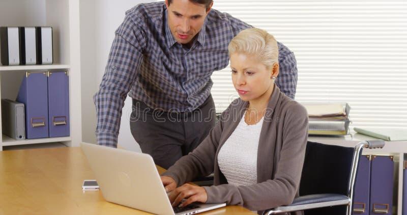 Неработающая коммерсантка и коллега работая совместно стоковое изображение