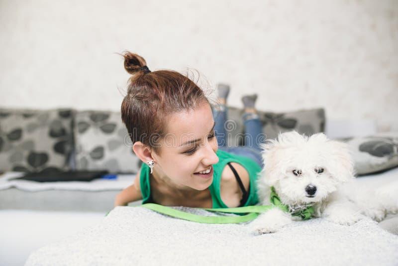 Неработающая молодая женщина с собакой стоковые фото