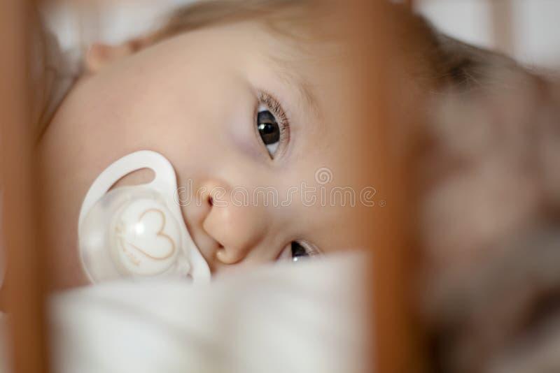 Неработающий годовалый младенец пробуя упасть уснувший - изображение стоковое фото rf