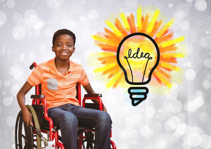 Неработающий мальчик в кресло-коляске с электрической лампочкой идеи стоковая фотография rf