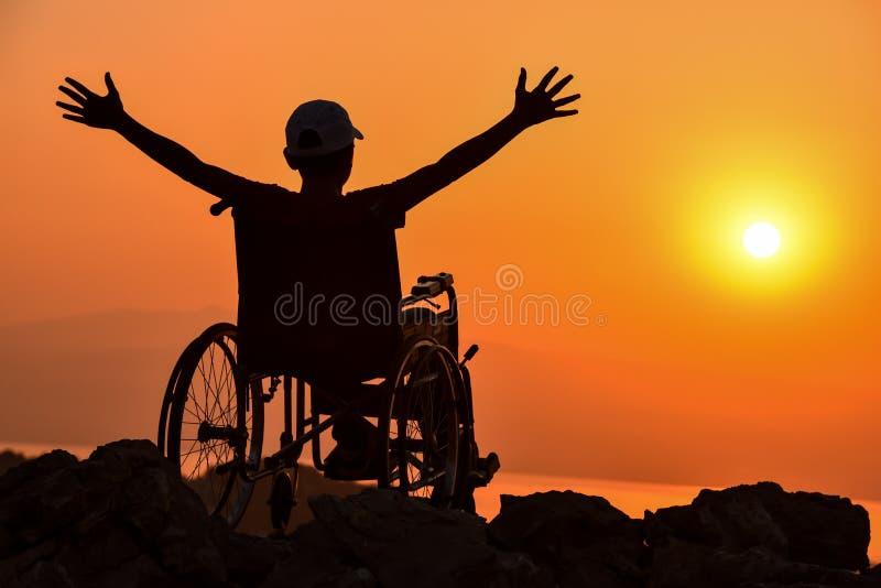 Неработающий человек, гандикапы и восход солнца стоковая фотография rf