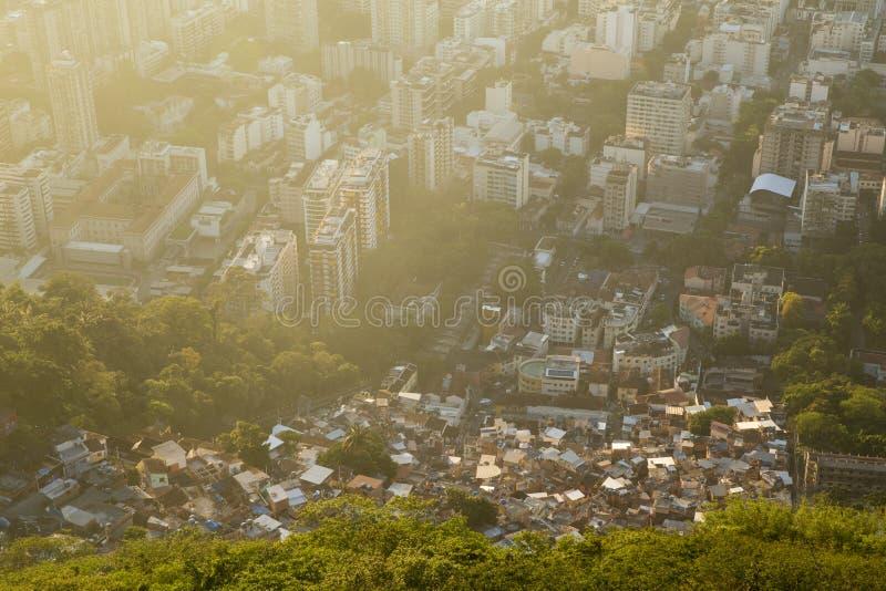 Неравенство - контраст между плохим и богатым в Рио-де-Жанейро, b стоковая фотография